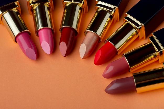 Arrangement de différentes nuances de rouge à lèvres
