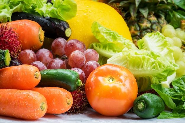 Arrangement différents légumes bio pour manger sainement et suivre un régime