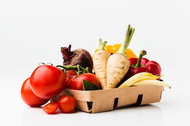 Arrangement de différents légumes frais
