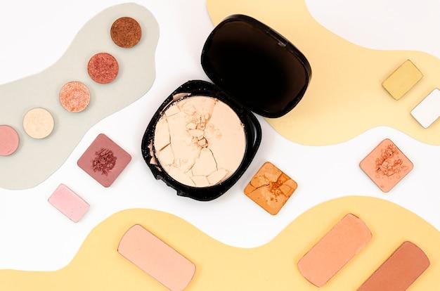 Arrangement de différents produits cosmétiques colorés