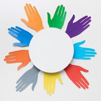 Arrangement de diversité vue de dessus avec différentes mains en papier de couleur