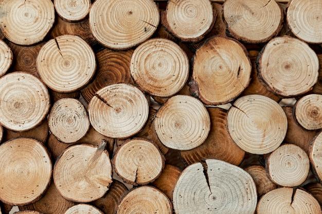 Arrangement avec du bois coupé pour le concept de marché