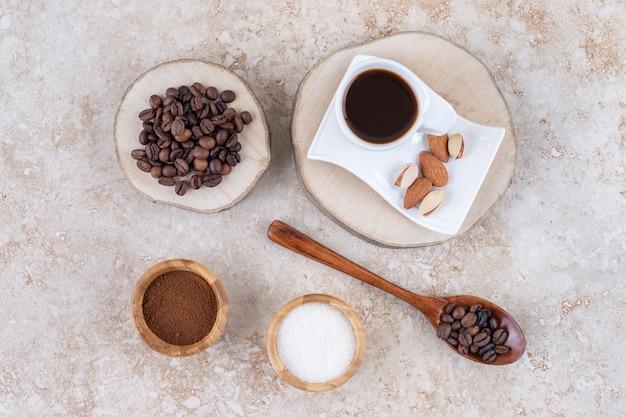 Un arrangement avec du café, du sucre et des noix