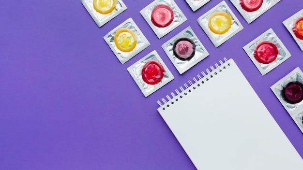 Arrangement du concept de contraception sur fond violet avec espace copie