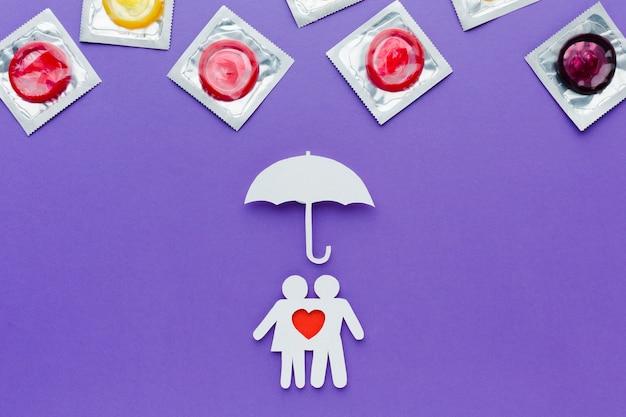 Arrangement du concept de contraception sur fond violet