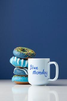 Arrangement du lundi bleu avec des beignets