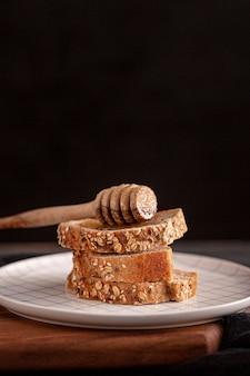 Arrangement avec du pain et du miel