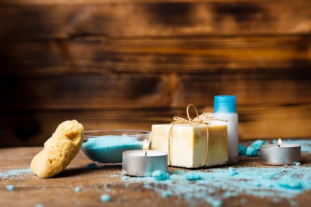 Arrangement avec du sel de bain bleu et du savon