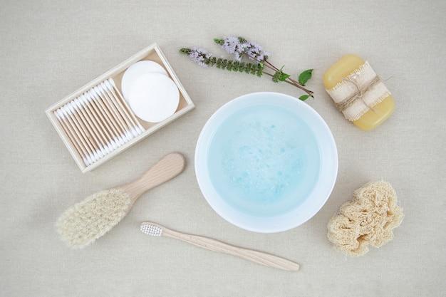 Arrangement avec du sel de bain et du savon