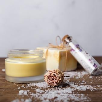 Arrangement avec du sel et du savon sur une table en bois