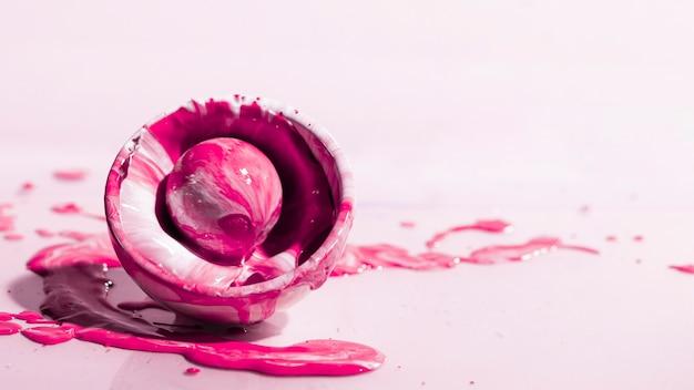 Arrangement avec éclaboussures de peinture rose