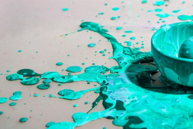Arrangement avec éclaboussures de peinture verte