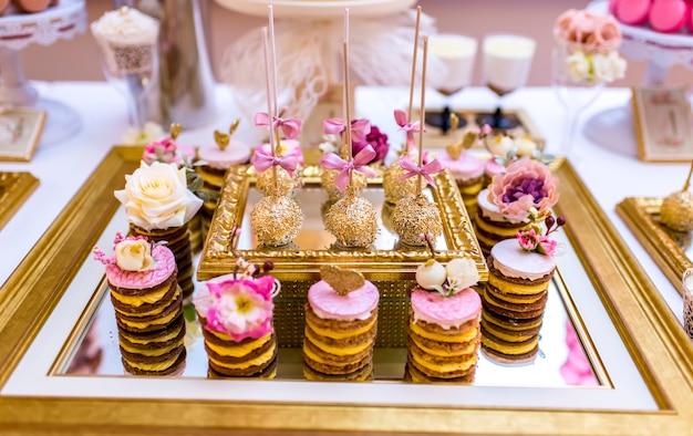 Arrangement élégant et luxueux avec des pâtisseries colorées