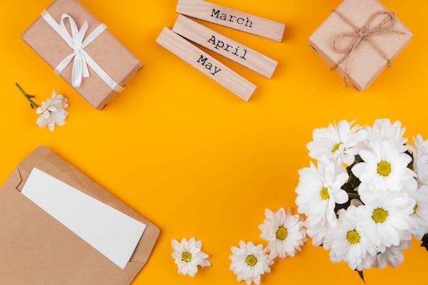 Arrangement d'éléments de cadeau de printemps avec espace de copie