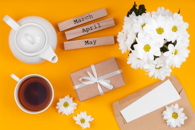 Arrangement d'éléments de cadeau de printemps