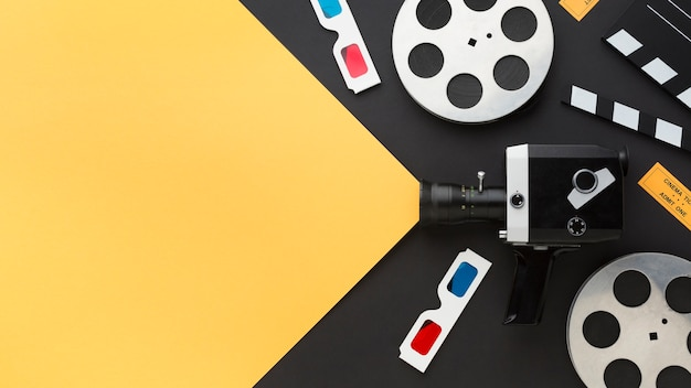Arrangement des éléments de cinéma sur fond bicolore avec espace copie