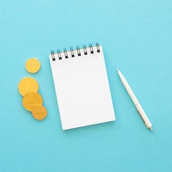 Arrangement d'éléments financiers laïcs plats avec bloc-notes vide