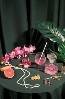 Arrangement d'éléments girly sur la table