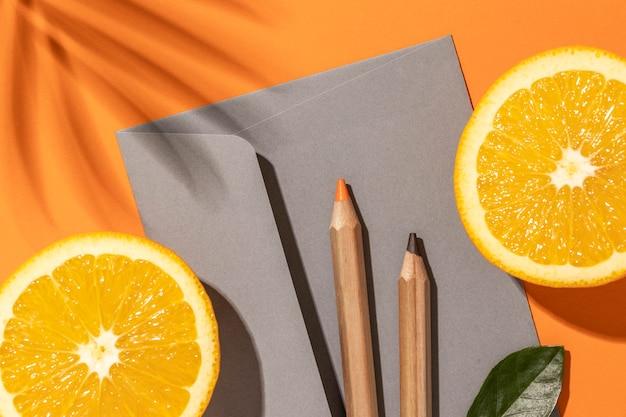 Arrangement avec des éléments de papeterie sur orange