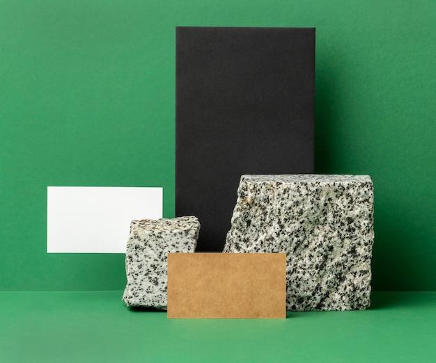 Arrangement avec des éléments de papeterie sur vert