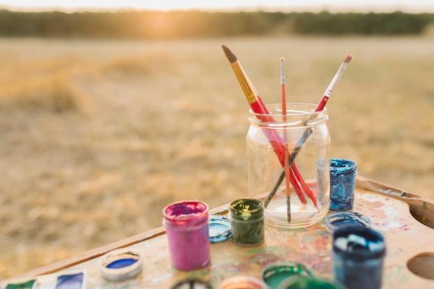 Arrangement des éléments de peinture dans la nature