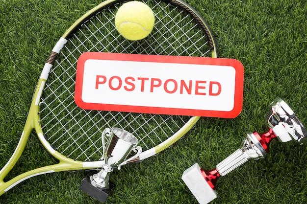 Arrangement d'éléments de tennis avec panneau reporté