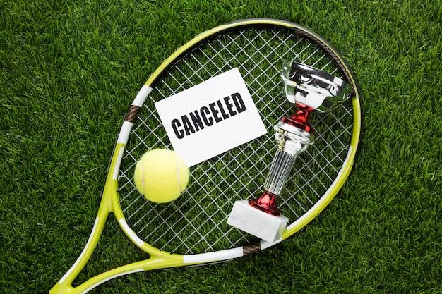 Arrangement d'éléments de tennis avec signe annulé