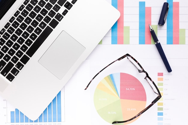 Arrangement d'entreprise créative avec des graphismes colorés