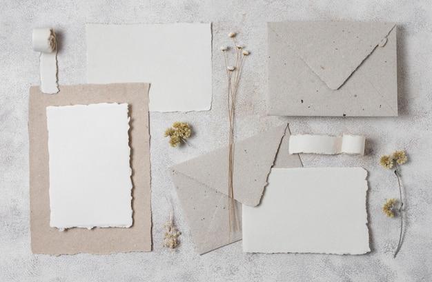 Arrangement d'enveloppes et de plantes vue de dessus