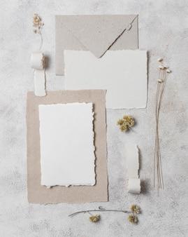 Arrangement d'enveloppes et de plantes