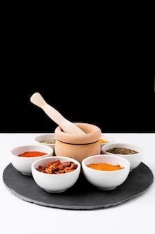 Arrangement avec des épices dans un bol