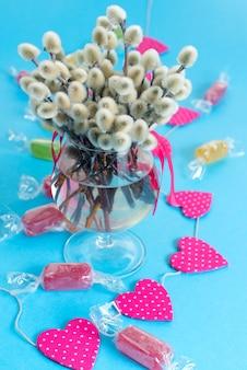 Arrangement de fête dans un vase en verre avec des chatons en brindilles.