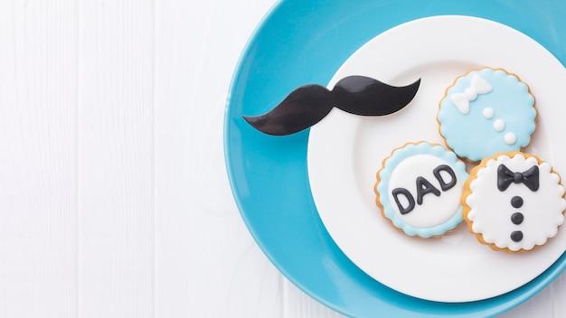 Arrangement de fête des pères avec des cookies