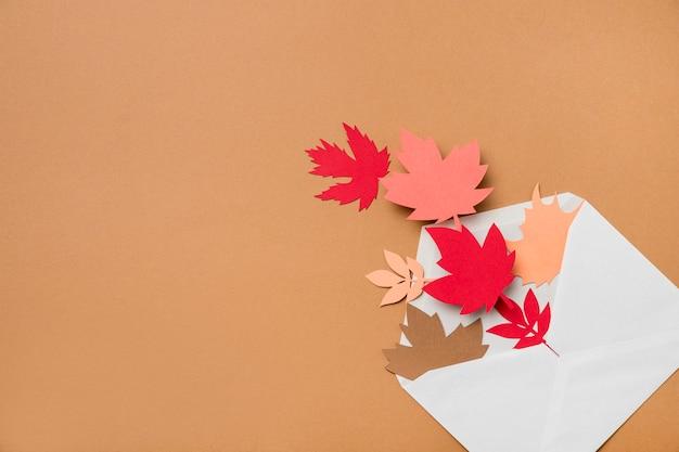 Arrangement de feuilles d'automne avec espace copie