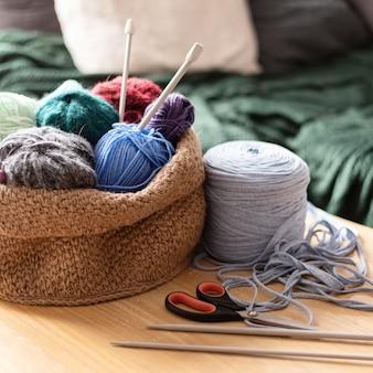 Arrangement avec fil pour le crochet