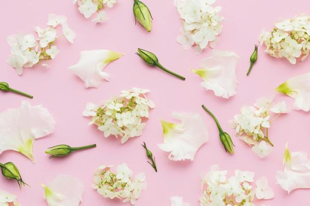 Arrangement de fleurs blanches à plat