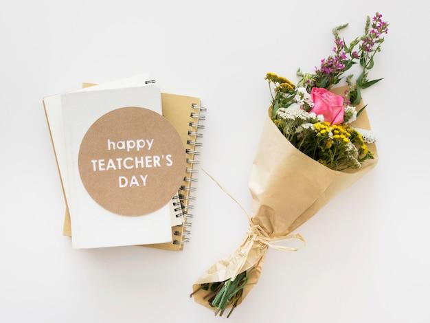 Arrangement de fleurs et cahiers