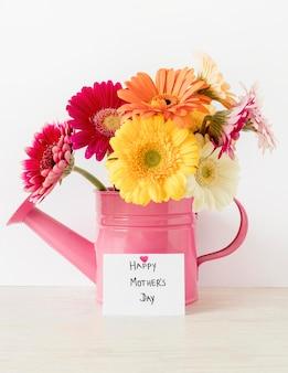 Arrangement avec des fleurs dans un arrosoir