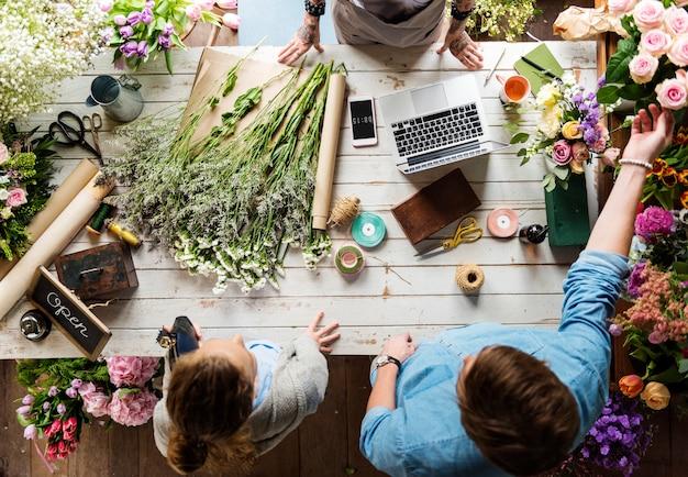 Arrangement de fleurs et décoration de travail de fleuriste