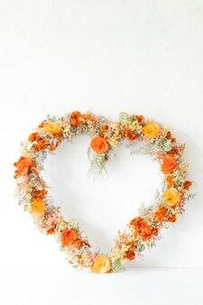 Arrangement de fleurs en forme de coeur coloré