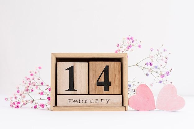Arrangement avec des fleurs et des formes de coeur rose