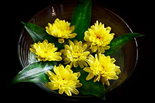 Arrangement de fleurs jaunes