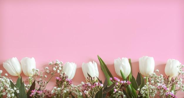 Arrangement de fleurs de printemps sur fond rose