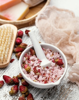 Arrangement de fleurs et de sel rose