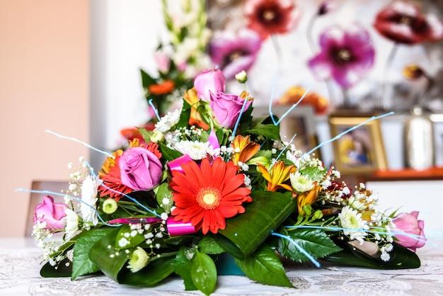 Arrangement de fleurs sur une table.