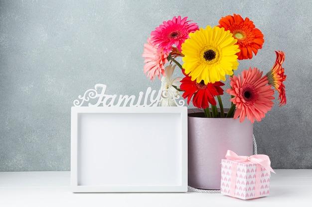 Arrangement floral avec espace de copie encadré en blanc