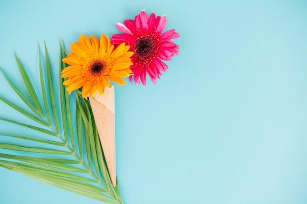 Arrangement floral sur fond bleu