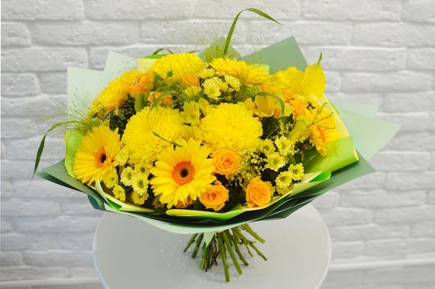 Arrangement floral de luxe. fleurs dans une boîte. cadeau floraison romantique.