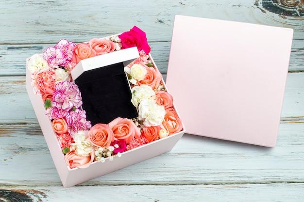 Arrangement floral avec des macarons et une boîte à bijoux