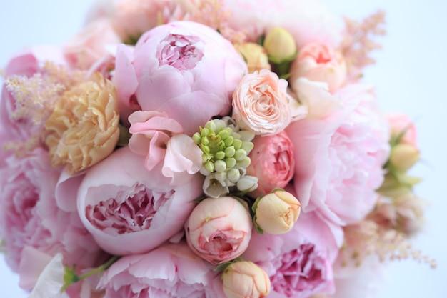 Arrangement floral de pivoines roses fraîches, astilba, rose et œillet